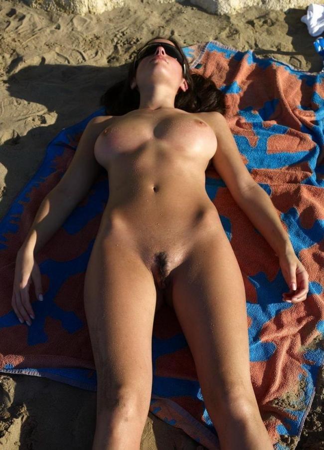 голая лежит на пляже фото-щу1