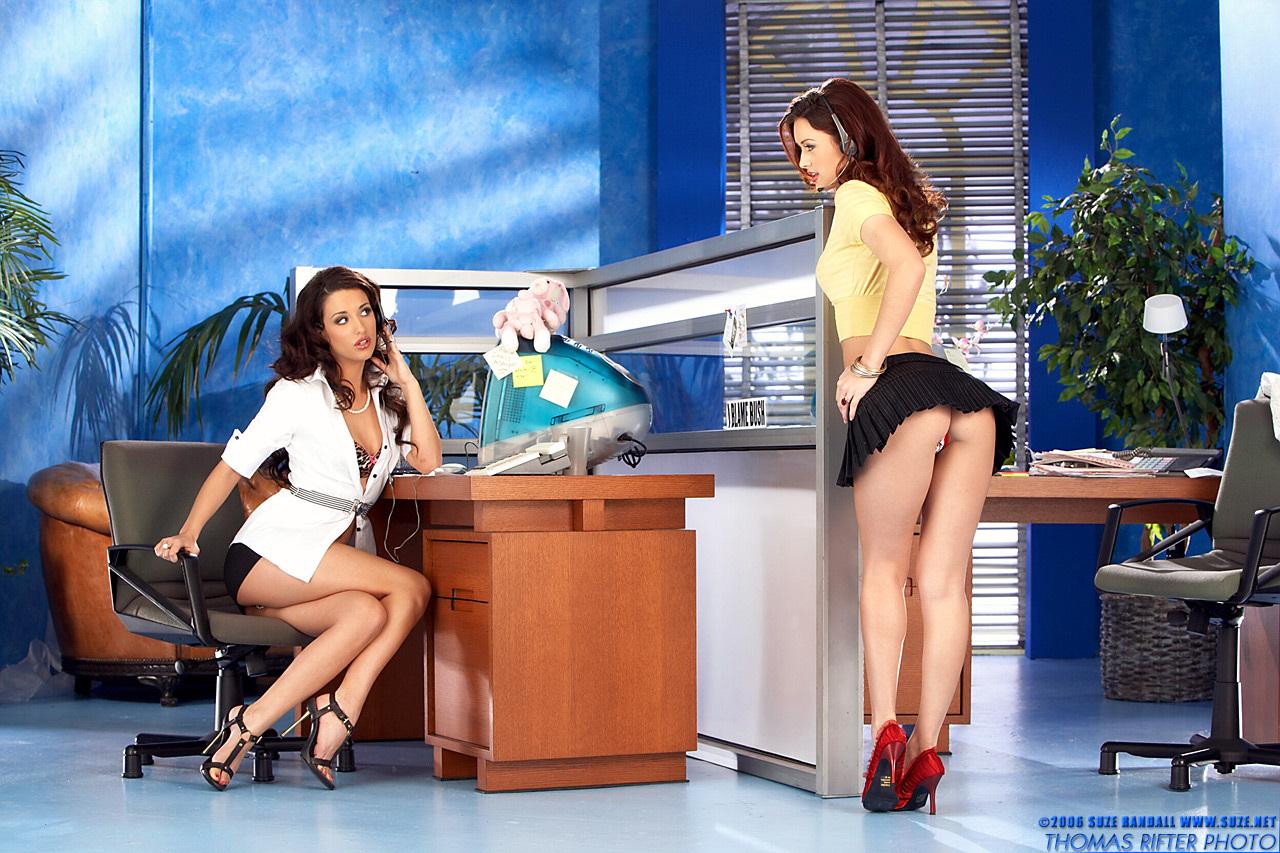 Фото работница банка показала свои ножки 2 фотография